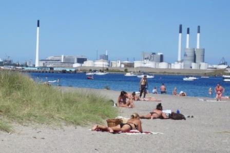 I baggrunden ses badeanstalten Helgoland samt Benzinøen
