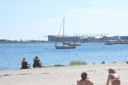 I baggrunden ses Københavns Lufthavn og akvariet Den Blå Planet