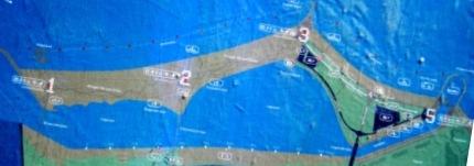 Øverst ses den kunstige ø med fem strandstationer. I midten lagunen og nederst den oprindelige strand