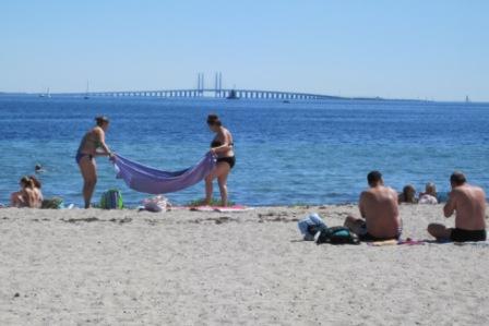 Amager Strand med Øresundsbroen til Sverige i baggrunden